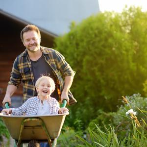 Praca w ogrodzie z dzieckiem – jak zachęcić malucha do pomocy, a jednocześnie zadbać o jego bezpieczeństwo podczas prac przy domu?