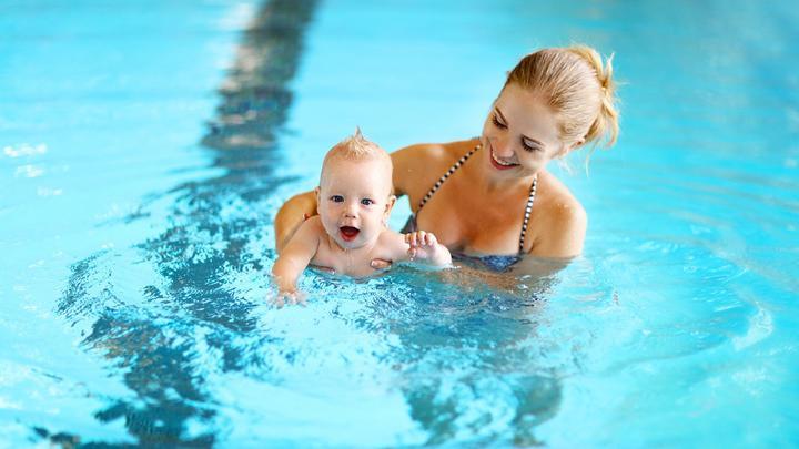Basen z niemowlakiem: co zabrać na basen z niemowlakiem?