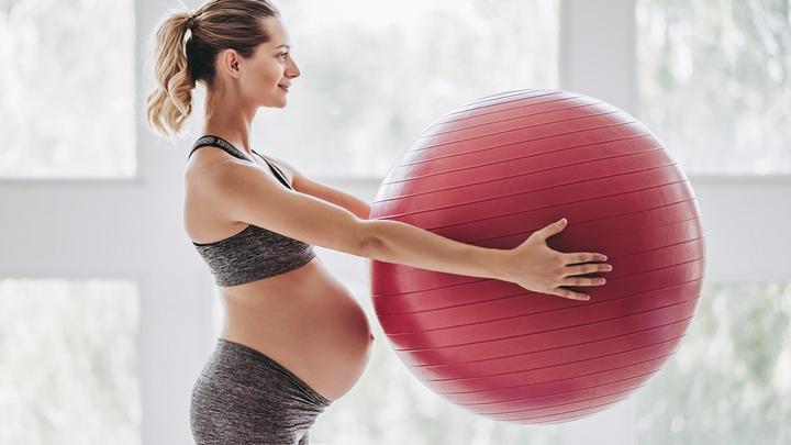 Ćwiczenia w ciąży - jakie ćwiczenia są bezpieczne w 1,2 i 3 trymestrze? Które z nich możesz wykonywać w domu?