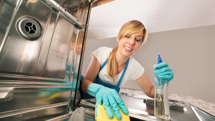 Jak wyczyścić zmywarkę – domowy i tani sposób na czysty sprzęt kuchenny