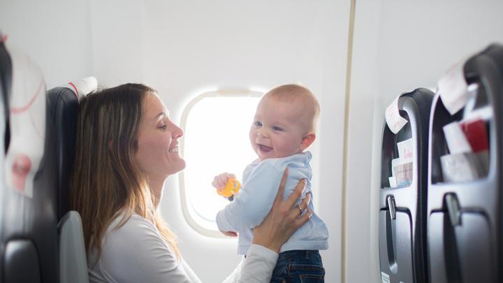 Pierwsza podróż samolotem z dzieckiem - jak się przygotować, aby przebiegła bez przykrych niespodzianek?