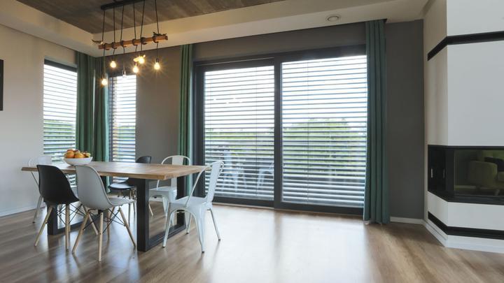 Żaluzje fasadowe podtynkowe – idealne rozwiązanie do przeszklonych przestrzeni