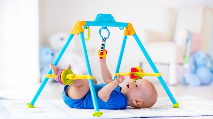 Zabawki dla niemowlaka - zbędny gadżet, czy wartościowa pomoc w rozwoju maluszka?
